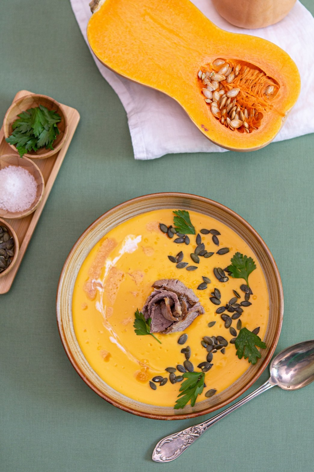 Soupe de butternut et coco, gigot d'agneau confit et graines de courge
